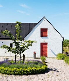 Scandinavian Farmhouse Design Ideas - The idea was supposed to make it resemble a European style kitchen. Besides below ideas, you can try out the other suggestions to fit your needs for a. by Joey Swedish Farmhouse, Swedish Cottage, Modern Farmhouse Exterior, Swedish House, Farmhouse Design, Scandinavian Architecture, Scandinavian Home, Exterior Design, Interior And Exterior