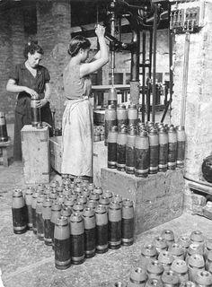 407-2013-10-04-2- Mujeres trabajando en una fábrica de armas_452x614