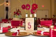 Flores e guardanapos combinando equilibram a simplicidade do arranjo com garrafas.