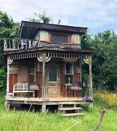 Guide to Tiny House Living Modern Tiny House, Tiny House Cabin, Tiny House Living, Tiny House Plans, Tiny House Design, Earthship Home, Small Front Yard Landscaping, Cedar Homes, Property Design