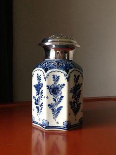Online veilinghuis Catawiki: De Ram -Delfts blauwe 8 kantige theebus met rijkbewerkte verzilverde dop