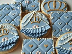 So awesome Royal baby cookies (SweetAmbs). Crown Cookies, Fancy Cookies, Flower Cookies, Valentine Cookies, Iced Cookies, Cute Cookies, Royal Icing Cookies, Cookies Et Biscuits, Cookie Bouquet