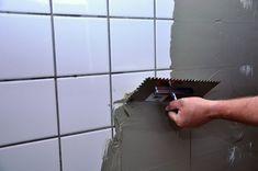 Få nye fliser i badeværelset helt enkelt. Du klæber simpelthen de nye fliser fast - direkte oven på de gamle! Se hvordan lige her!