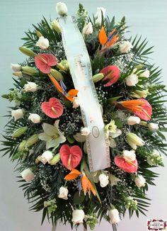 Ramo de defunción para colgar con strelitzias, rosas Vendela, lilium Navona, anthurium Cheers, paniculata y verdes variados.