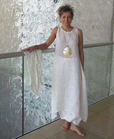 Robe/tunique en voile de lin blanc ( à porter en superposition). Sarouel blanc en lin souple. Collier en nacre patiné à la feuille d'or.