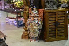 A Large Japanese Imari Lidded Vase – Edo Arts