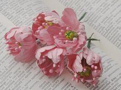 Желтые и розовые цветы сделаны из бумаги для пастели.