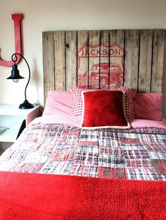 Very cute Pallet headboard. Looks like a water color decal painted on. Simple!