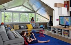 Ideal para reunir a família, a sala de TV da arquiteta Renata Cáfaro é colorida, ampla e luminosa. É, oficialmente, a sala da bagunça, criada para os filhos