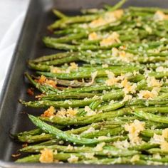 Roasted Parmesan Green Beans- delicious fresh green beans are roasted with a crunchy mixture of parmesan cheese and panko bread crumbs. They make the perfect side dish for any meal. Roasted Parmesan Green Beans Out Bean Recipes, Side Dish Recipes, Vegetable Recipes, Vegetarian Recipes, Cooking Recipes, Healthy Recipes, Vegetarian Soup, Dinner Recipes, Dinner Ideas