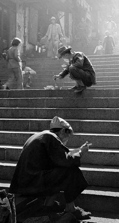 Fan Ho's Fantastic Black-and-White Street Photographs of Hong Kong - Street photography Photography Beach, Fine Art Photography, Photography Basics, Photography Props, Reportage Photography, Photography Composition, Photo Composition, Monochrome Photography, Artistic Photography