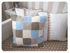 crochet granny cushion: website in Spanish Crochet Cushion Cover, Crochet Cushions, Crochet Quilt, Crochet Pillow, Crochet Squares, Crochet Home, Love Crochet, Crochet Granny, Crochet Blanket Patterns