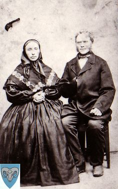 Lars Larson Helland (f. 1815 - d. 1888). Gift med Guri Pedersdottir Ravndal (f. 1822 - d. 1886). Gård på Nevland fra 1840. Oldeforeldra til Synnøva Oftedal.
