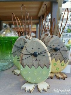 Nice Easter idea - Bunny Made with old wood - Painted wood Diy Spring Wreath, Spring Crafts, Holiday Crafts, Bunny Crafts, Easter Crafts, Diy Osterschmuck, Diy Ostern, Easter Projects, Diy Easter Decorations