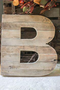Urban Farmgirls Reclaimed Wood Initial aus altem Bodenbelag auf U … - holz diy Pallet Crafts, Pallet Art, Wood Crafts, Pallet Beds, Pallet Projects, Reclaimed Wood Projects, Reclaimed Wood Furniture, Repurposed Wood, Salvaged Wood