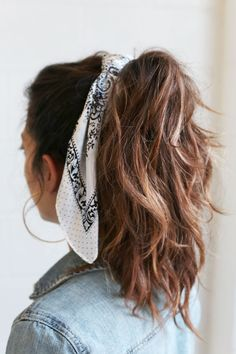 We are pleased to welcome the latest trend in accessories– the hair scarf. This is an effortless way to elevate the simplest hairstyle. Bandana Hairstyles Short, Ponytail Hairstyles, Cute Hairstyles, Urban Hairstyles, Latest Hairstyles, Ways To Wear A Scarf, How To Wear Scarves, Hair Scarf Styles, Curly Hair Styles