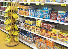 Though entire displays are not my focus, this savvy retailer created a Banana-Tree-on-Wheels cross-sell in the cereal aisle. Pos Display, Display Design, Shop Shelving, Shelves, Fruit Shop, Point Of Purchase, Food Displays, Visual Merchandising, Design Inspiration
