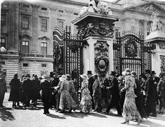 1931: Guests in formal clothing arrive and walk through the gates of Buckingham Palace for a Royal garden party.
