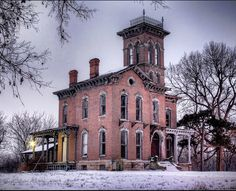 Discover Sauer Castle in Kansas City, Kansas: This Italianate Villa-style castle is pretty to look at, just keep off the private property. Old Abandoned Houses, Abandoned Mansions, Abandoned Buildings, Abandoned Places, Old Houses, Vintage Houses, Victorian Houses, Abandoned Castles, Scary Places