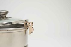 Place a pot guard between the lid & the rim of a pot to prevent messes or water boiling over. Choose between heart, moose, bird, bear, hedgehog or owl. Made of Swedish birch wood