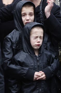 41 Incredibly Powerful Hugs: Two boys react as the coffin of Sergeant John Amer, the British soldier killed in Afghanistan in was driven through the streets of Royal Wootton Bassett. Story Inspiration, Writing Inspiration, Character Inspiration, British Soldier, Faith In Humanity, Freundlich, Afghanistan, Just In Case, Persona