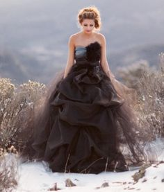 2017 Black Tulle Gothic Wedding Dresses Strapless Ball Gown Ruched Colorful Bridal Gowns Simple Feathers
