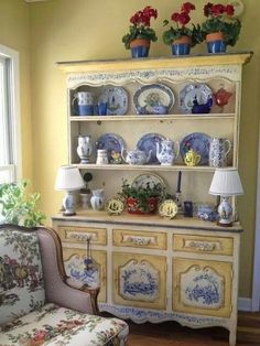 Country blue and yellow.not normally a fan of blue, but this all works.French Country blue and yellow.not normally a fan of blue, but this all works. French Country Kitchens, French Country Cottage, Country Blue, Country Hutch, Country Bathrooms, Chic Bathrooms, Bathroom Vanities, Modern Bathroom, Shabby Vintage