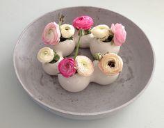 Roze en witte ranonkels. Word vrolijk van deze bloemen op mijn tafel! <3