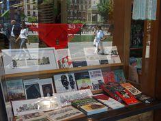 Escaparate de librería en Pamplona Pamplona, Monopoly, Shop Displays