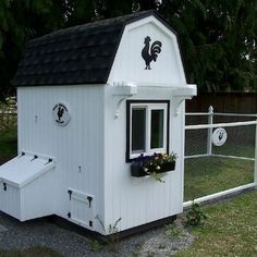Clean lines and crisp paint make this a great addition to any yard. Large run too! #HenHouse www.FreeHenHousePlans.weebly.com
