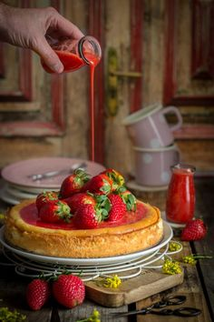 shakeo mug cake Shakeo Mug Cake, Cookies And Cream, Cake Recipes, Sweet Tooth, Brunch, Food And Drink, Strawberry, Sweets, Snacks