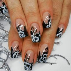 Black & white flower nail art. Love it.