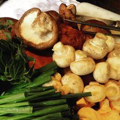 Cogumelos crocante com ervas e óleo de gergelim tostado,um dos amouse bouche que o #Chefnascimento está preparando para o almoço terror de Ásia hoje na #vinhoearte.