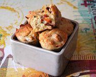 Mini-muffins au pesto et aux tomates séchées - http://www.goosto.fr/recette-de-cuisine/mini-muffins-pesto-tomates-10009154.htm