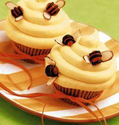 Recipe: Beehive Cupcakes Ingredients 1 bag Snickers Miniatures, chopped 24 cupcake paper liners 1 box favorite cake mix 2 cans classic vanilla frosting Yellow food . Beehive Cupcakes, Bee Cupcakes, Yummy Cupcakes, Blueberry Cupcakes, Honey Cupcakes, Simple Cupcakes, Moist Cupcakes, Honey Cake, Cupcake Torte