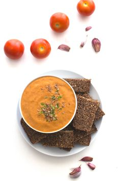Porra antequera is a traditional Spanish tomato could soup, which is thicker than gazpacho or salmorejo, so you can eat it as a dip or a soup, you choose! Gazpacho, Rye Bread, Vegan Soups, Stuffed Green Peppers, Soups And Stews, Food Inspiration, Healthy Eating, Healthy Food, Dips