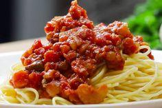 Zo maak je de pasta zoals de Italianen het bedoelen! Doordat spaghetti bolognese over de hele wereld dagelijks wordt gegeten en aangepast, is volgens... Pesto Pasta, Pasta Noodles, Spaghetti Bolognese, Sauteed Broccoli Rabe, Vegetarian Quinoa Chili, Vegan Meatloaf, Veggie Meatballs, Grilled Portobello, Cauliflower Recipes