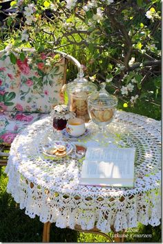 Shabby Chic Interior Design Ideas For Your Home Deco Table, A Table, Afternoon Tea Parties, Boho Home, My Cup Of Tea, Vintage Tea, Vintage Linen, High Tea, Outdoor Dining