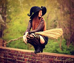 Witch Waiting to Fly HandiCraftKate Fine Art Photograph Halloween Costume Hats, Halloween Pin Up, Witch Costumes, Halloween Photos, Fantasy Costumes, Cosplay Costumes, Diy Costumes, Adult Costumes, Witch Photos