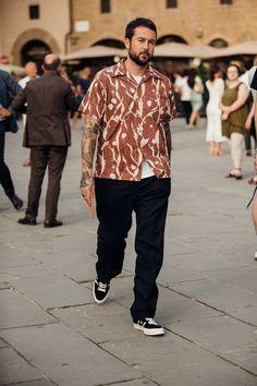 Pitti Uomo: Die besten Street-Styles der Männermodenschauen in Florenz Converse Mode, Converse Style, Outfits With Converse, Japan Men Fashion, Mens Fashion Week, Fashion Blogs, Fashion 2018, Fashion Fashion, Fashion Trends