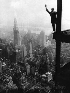 Man Waving from Empire State Building Construction Site Lámina fotográfica