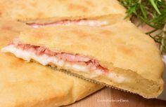 La Focaccia di Patate ripiena veloce è una deliziosa e soffice focaccia con patate nell'impasto, si prepara e si inforna!!