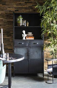 Zwart metalen kast. Interior Concept, Open Shelving, Cabinet Doors, Black Metal, Storage Spaces, Liquor Cabinet, Bookcase, Drawers, Furniture