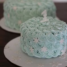 Elegance meets whimsy in this winter wonderland snowflake smash cake by Haute Cakery in Dallas, Texas. This would be gorgeous on a Christmas table scape or A Frozen theme party as well!