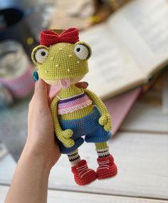 Diy Crochet Toys, Crochet Frog, Diy Crochet Projects, Crochet Doll Pattern, Crochet Toys Patterns, Cute Crochet, Stuffed Toys Patterns, Crochet Dolls, Yarn Dolls