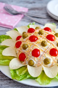 nice presentation for ensaladilla rusa, but the other recipe is better Spanish Cuisine, Spanish Dishes, Appetizer Sandwiches, Appetizers, Good Food, Yummy Food, Food Garnishes, Veggie Tray, Food Decoration