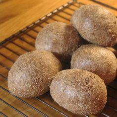 Falska surdegsfrallor - Det är inte surdeg i den bemärkelsen, men de påminner om surdegsbröd med hålen och konsistensen. Gluten & sockerfritt. LCHF.