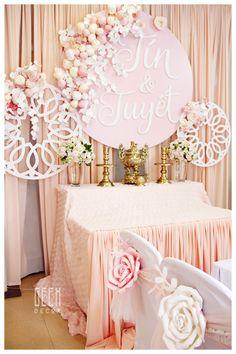 Màu hồng vẫn là tone màu được ưa thích nhất, những mảng hoa giấy tuy không nhìn quá hoành tráng nhưng lại đẹp về chi tiết, tổng thể gian phong rất nhẹ nhàng nhưng ngọt ngào, tình cảm. Traditional Vietnamese Wedding, Traditional Wedding, Flower Wall Backdrop, Wall Backdrops, Flower Wall Wedding, Geek Decor, Blush Pink Weddings, Tea Ceremony, Altar