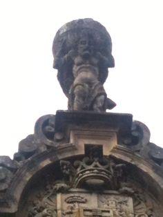Atlas sostendo o Mundo dende Compostela no edificio sede da Fundación Granell na Praza do Toural.
