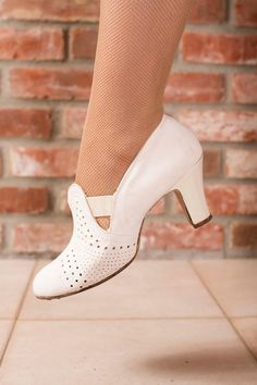 Vintage 1930s shoes in crisp ivory feature a Cuban heel perfect for walking or dancing. These shoes have elastic straps at the upper which provide ease